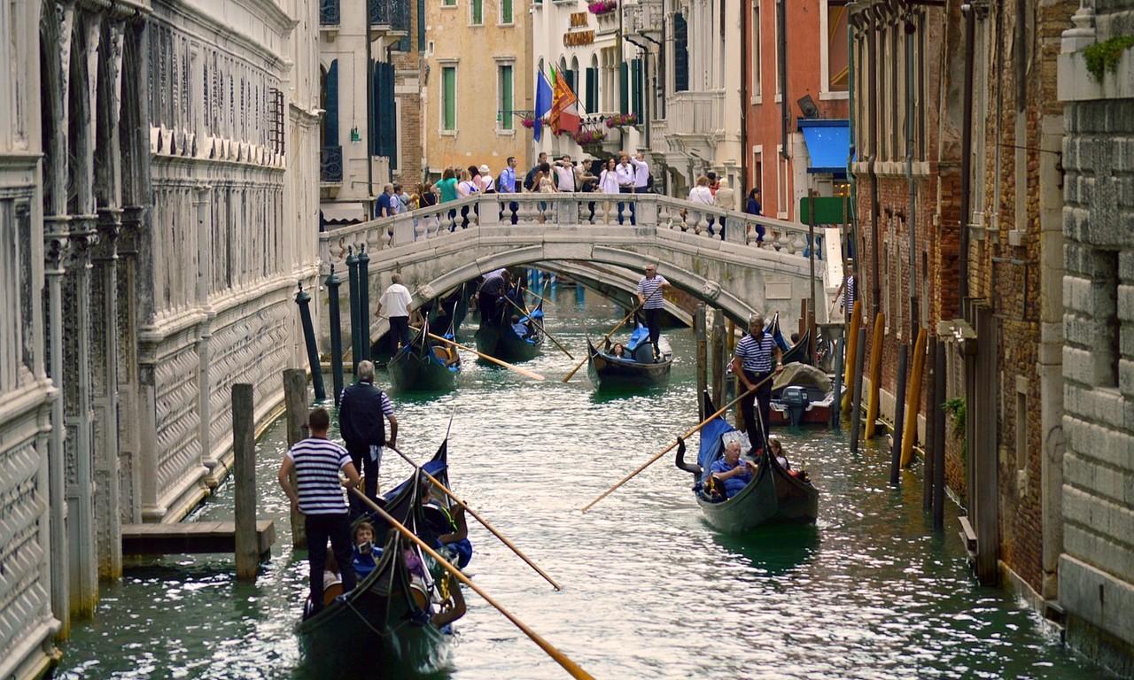 gondolas-1529775_1280